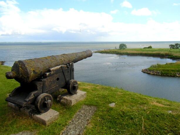 El castillo vigila la entrada desde el Báltico