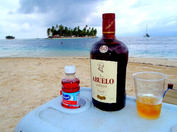 El Caribe, una isla, botella de Ron Abuelo... ¡Qué más puedo pedir!