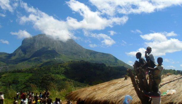 Niños en una escuela perdida en lasmontañas del interior