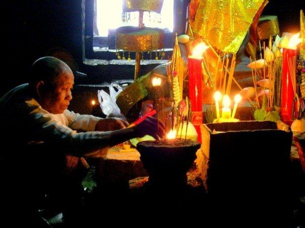 Ofrenda de incienso en Angkor Wat, Camboya