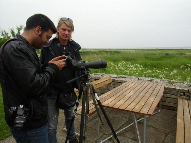 El amigo Christian muestra a Isra algunas especies de aves
