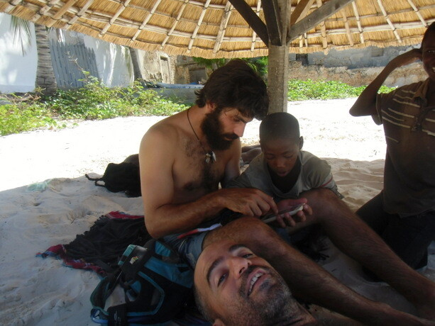 Ophir y yo pasando la tarde con nuestros niños perdidos de Ilha
