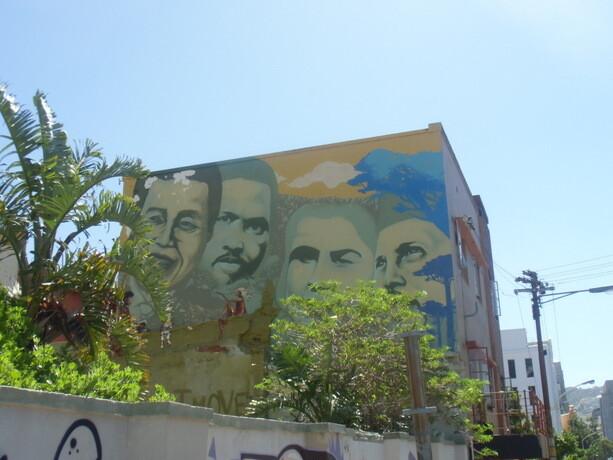 Cerca del centro de Ciudad del Cabo arte, historia y lucha anti apartheid se refleja en este muro