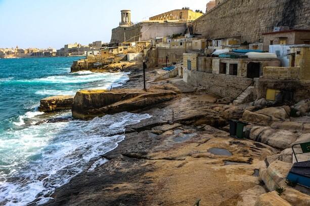 Casetas de pescadores bajo Lower Barakka Gardens, La Valletta, Malta