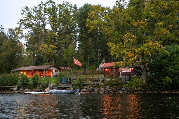 El embarcadero de Ramoa, con la sauna a la derecha y el comedor a la izquierda