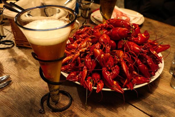 Fuente de cangrejos y cerveza en Ramoa