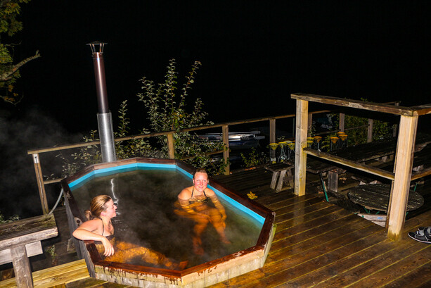 Piscina de agua caliente al aire libre en Ramoa, junto al lago  Klockesjön
