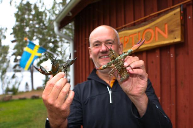 Jan Evanson con cangrejos de río en Ramoa, Ramkvilla Jonkoping
