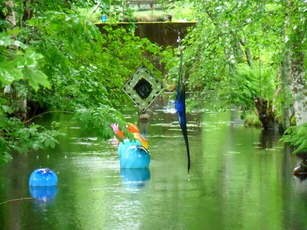 El río también está salpicado de obras de arte