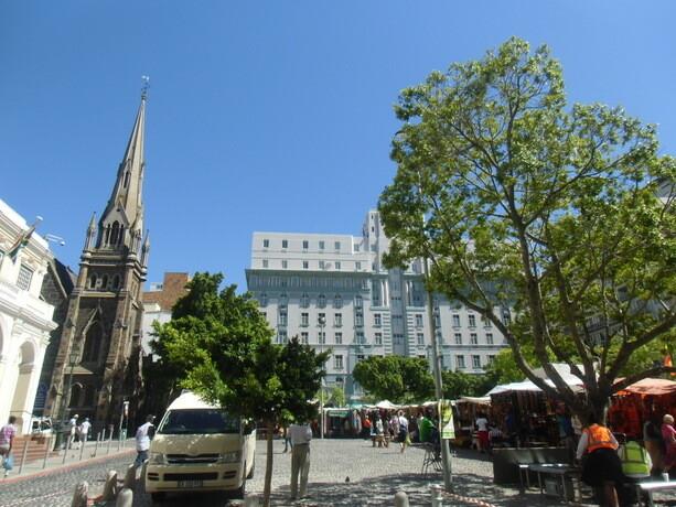 Contrastes de Ciudad del Cabo...mercado de adornos africanos en pleno centro (para turistas)...