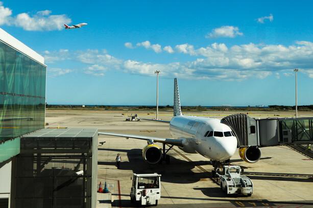 En un aeropuerto los aviones están rodeados de emisores electromagnéticos