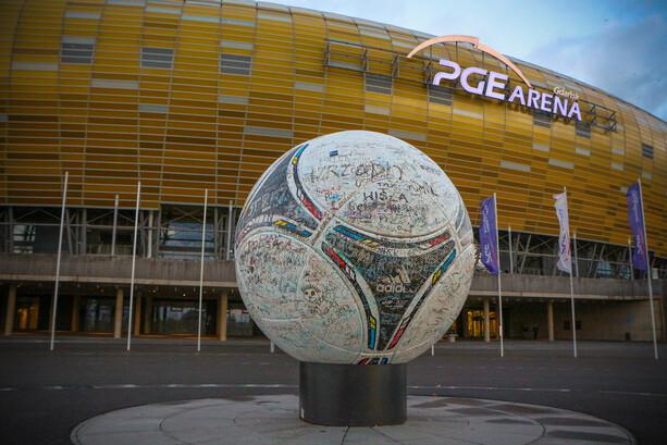 Colosal balón en el exterior del estadio PGE Arena Gdansk