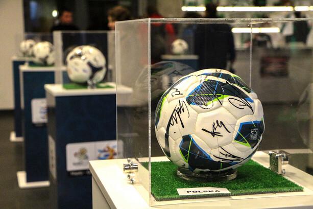 Exposición de balones en el estadio PGE Arena Gdansk