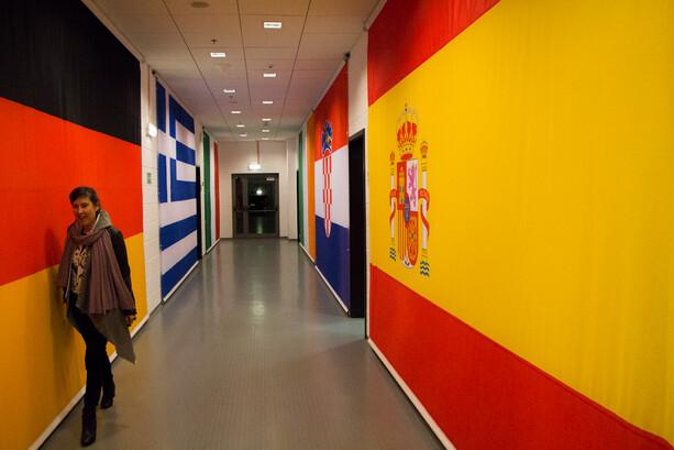 Pasillo con banderas en el estadio PGE Arena Gdansk