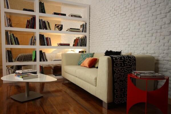Nuestro querido sofá donde pasamos las horas en el Estudio de los Libros Olvidados (c) Estancias con Arte