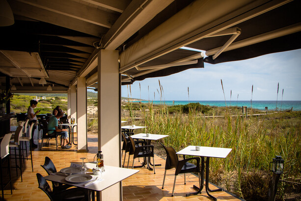 Restaurante Vogamari con vistas a Platja Mitjorn en Formentera