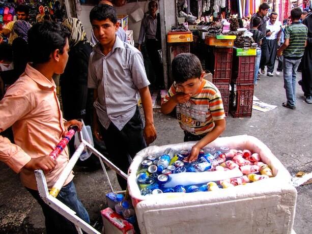 Niño vendedor de bebidas frías en Sulaymaniyah, Kurdistan, Iraq