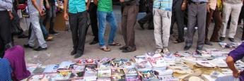 Observando revistas en Sulaymaniyah, Kurdistan, Iraq