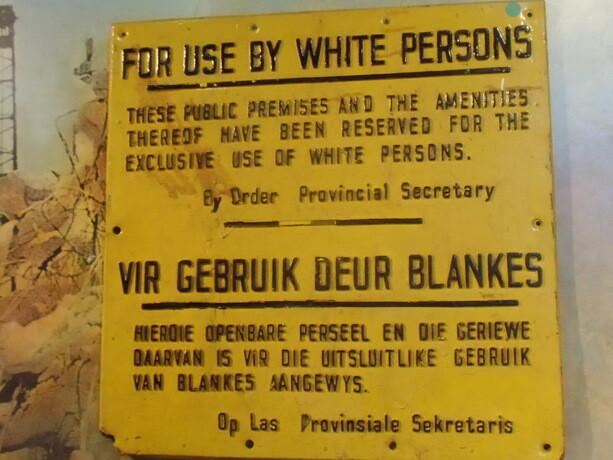 Otro cartel racista