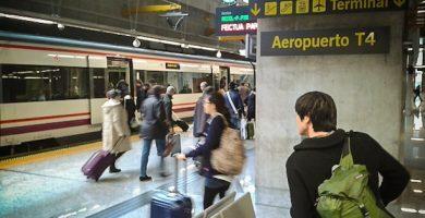 Pasajeros de RENFE Cercanías Madrid Aeropuerto en T4 Barajas