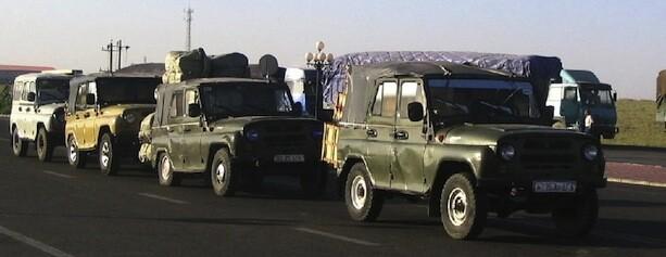 Coches cargados mercancías frontera China Mongolia