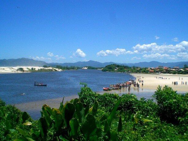 Una de las preciosas playas de Guarda do Embaú en el sur de Brasil