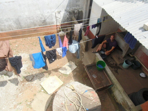 Lavando a mano en nuestro hostal en Maputo