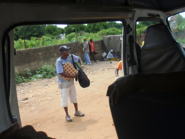 Vendedores que se acercan a las chapas en las paradas