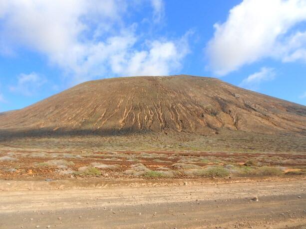 Una de las pequeñas montañas de forma volcánica de La Graciosa