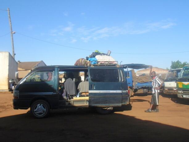 Esperando a que se llenase nuestra chapa en Gurué para partir hacia Cuambá