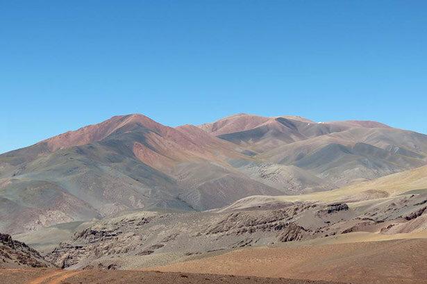 montañas-que-rodean-la-zona-de-Laguna-Brava