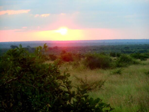 El Sol se esconde en el Kruger Park, Sudáfrica