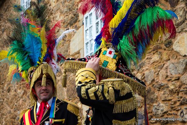 Los adornados triscornios de Esther y Miguel, Xenerais da Ulla en el concejo de Vedra