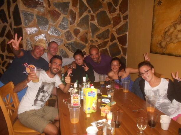 Ambientazo con la familia en la Surf House de Calima Surf