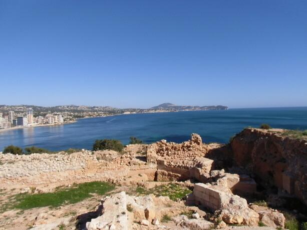 También existen yacimientos arqueológicos en el peñón