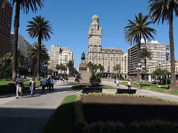 Plaza Independencia, Monumento a José Artigas y Palacio Salvo