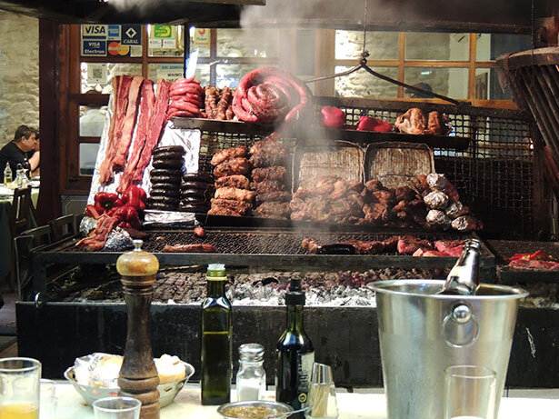 Tradicional parrillada uruguaya en el mercado del puerto