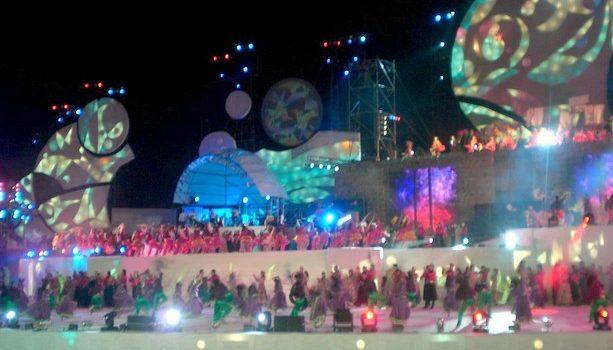 El impresionante escenario se llena de cientos de actores y bailarines