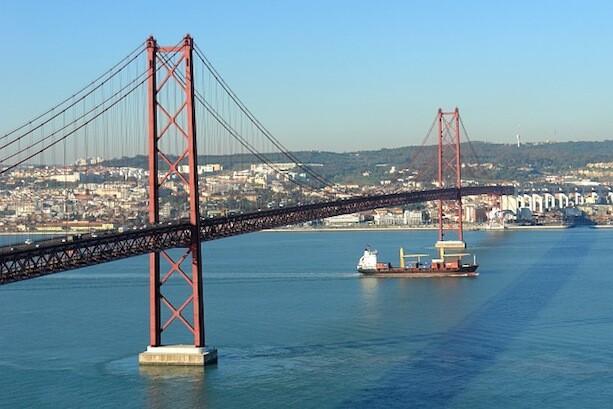 Barco de carga bajo el puente 25 de Abril