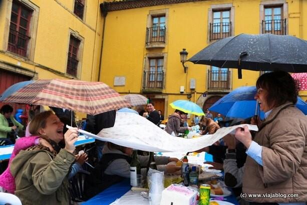 Comida en la Calle en Avilés bajo la lluvia