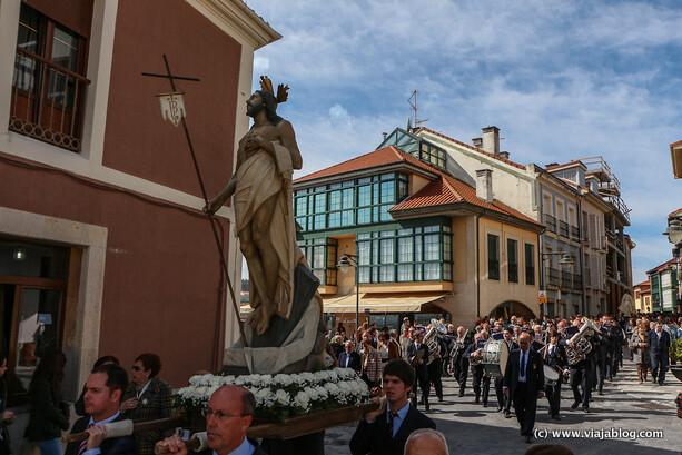Cristo, banda de música y Virgen en la Procesion de La Venia, Luanco, de vuelta a la Iglesia de Santa María