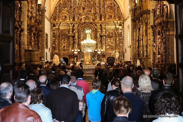 Iglesia de Santa María en Luanco con Jesús y la Virgen a cada lado del altar