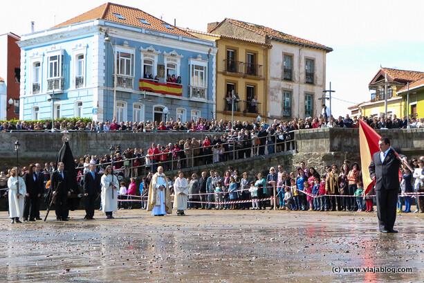 Virgen de luto y abanderado en la Procesion de La Venia, Luanco