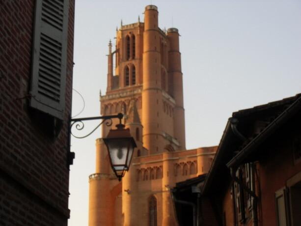 La torre de la Catedral de Albi vista desde los barrios del centro