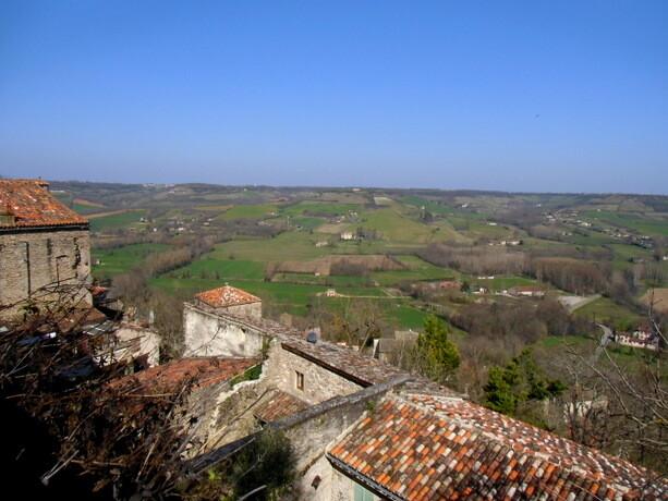 Las vistas desde el pueblo: la campiña y las casas de Cordes Sur Ciel