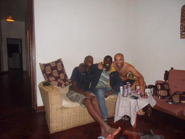 Mi primeras cervezas con Ronald (izquierda del todo) y su amigo en el hostal de Maputo