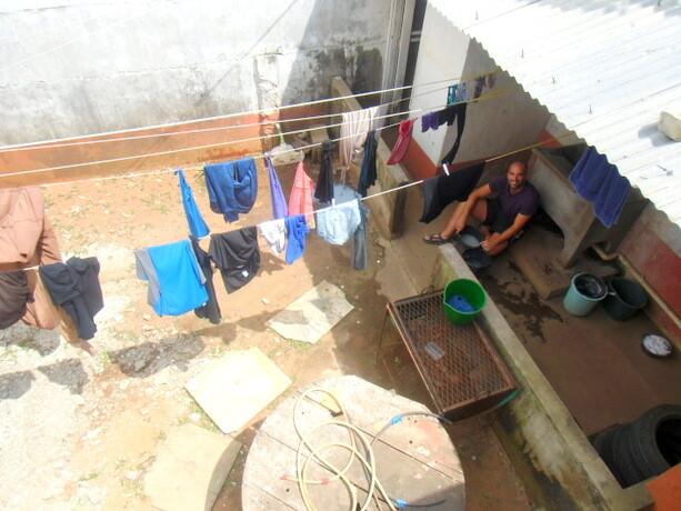 Lavando ropa en el hostal de Maputo