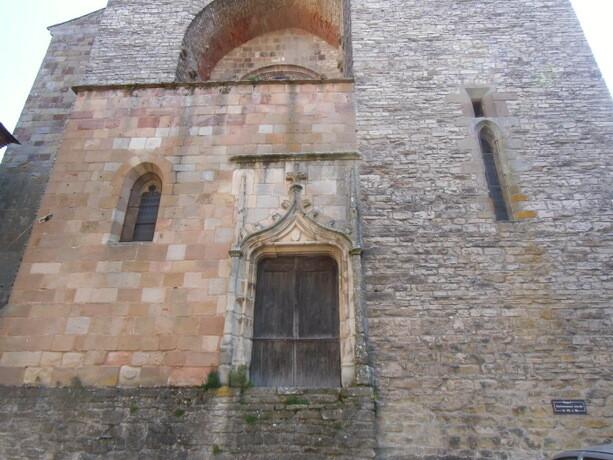 La curiosa puerta construida a media altura en la iglesia de St Michel