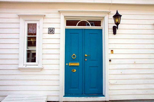 Puerta de una casa en el barrio antiguo de Stavanger