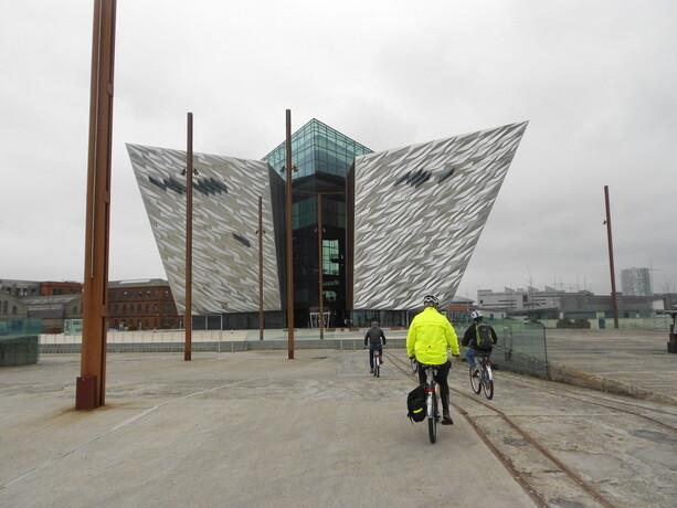 Llegando al edifico del Titanic Belfast